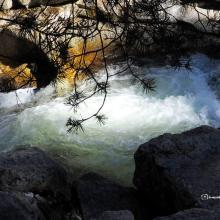 El curso del río borbotea en su caída